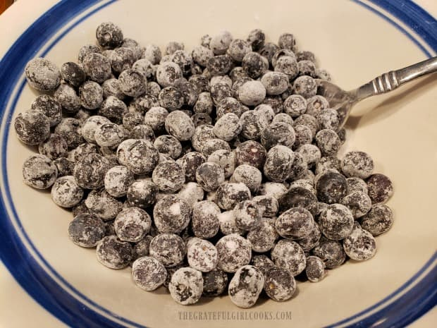 The blueberries are covered with granulated sugar, cornstarch and a pinch of salt.